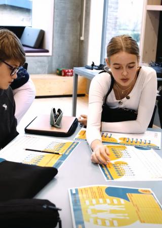 tre elever arbejder med skills